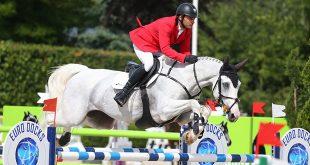 Ibrahim Hani Bisharat (JOR) et son cheval aux yeux bleus battent le favori chez lui ! (© Gilles Alleaume)